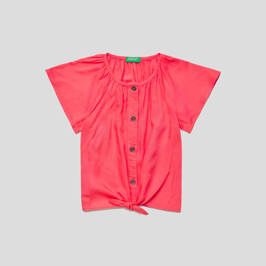 Short sleeve shirt with laces